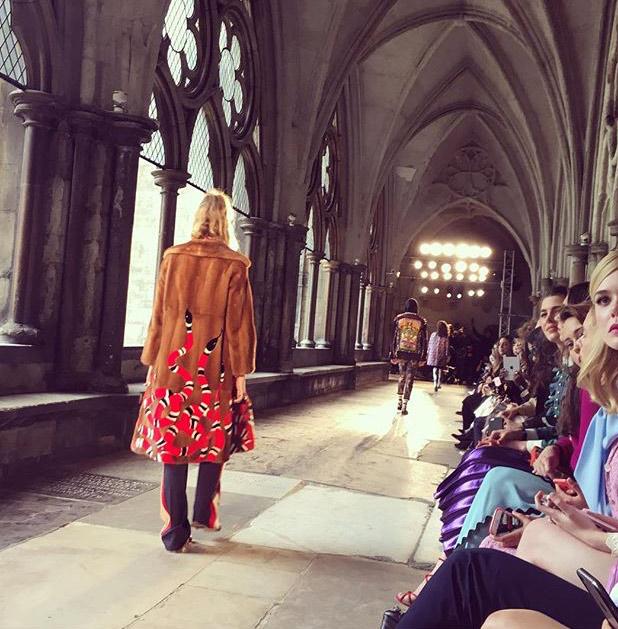 57f5d3971 O corredor do claustro da Abadia de Westminster, onde aconteceu o desfile  da Gucci ©