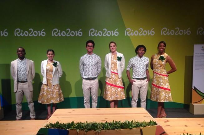 Os uniformes do staff que entregará as medalhas olímpicas e paralímpicas, desenhados por Andrea Marques