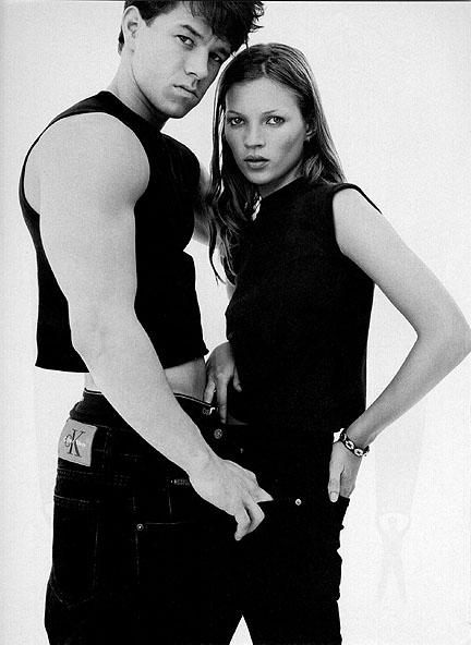 Campanha dos anos 90 da Calvin Klein com o sarado Mark   Wahlberg e Kate Moss  ©Reprodução
