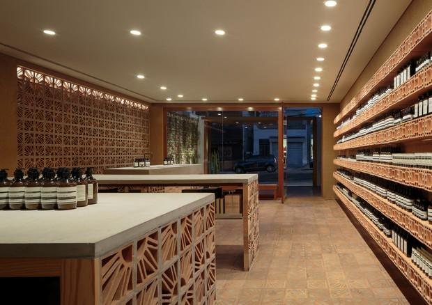 Interior da nova loja da Aesop na Vila Madalena com projeto dos irmãos Campana ©Divulgação