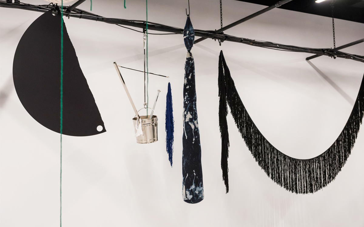 Parte da instalação de Sterling Ruby na sala de desfiles da Calvin Klein ©Reprodução