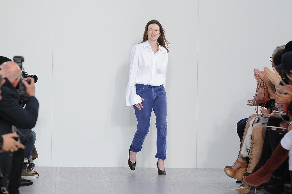 Clare Waight Keller, agora nomeada diretora artística da Givenchy,  recebendo aplausos em desfile da 71fdae8b66
