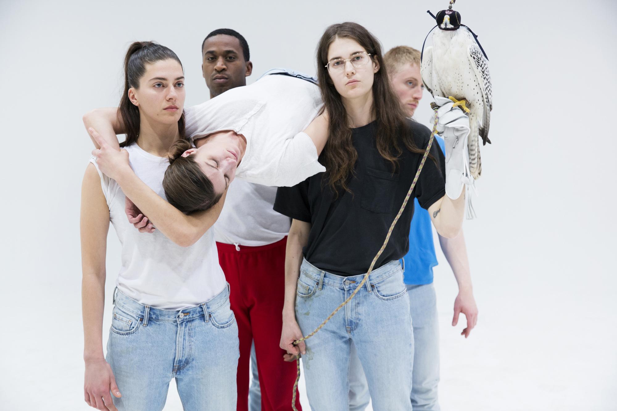 A performer Anne Imhof e sua trupe ©Reprodução