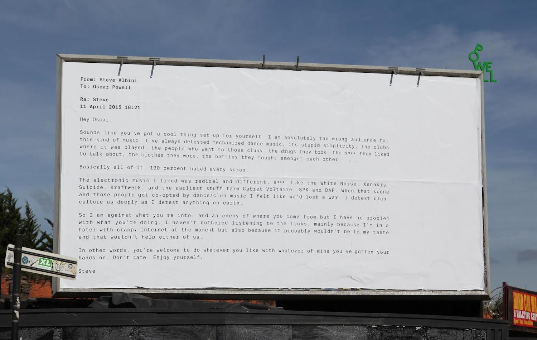 Um dos outdoors divulgados em Londres com a resposta que Powell recebeu de Steve Albini quando perguntou via e-mail se poderia usar parte de uma de suas músicas na faixa que estava produzindo ©Reprodução