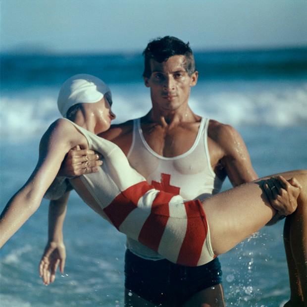 Stripes in the Swim, 1961 ©Norman Parkinson/Reprodução