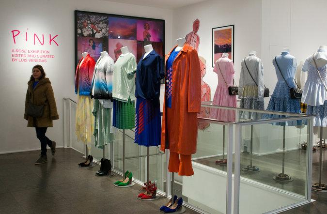 """A Colette possui agenda cultural intensa. Na imagem, exposição """"Pink"""" curada por Luis Venegas ©Reprodução"""