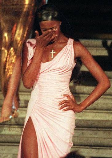Naomi chora ao desfilar em Roma após a morte de Gianni Versace