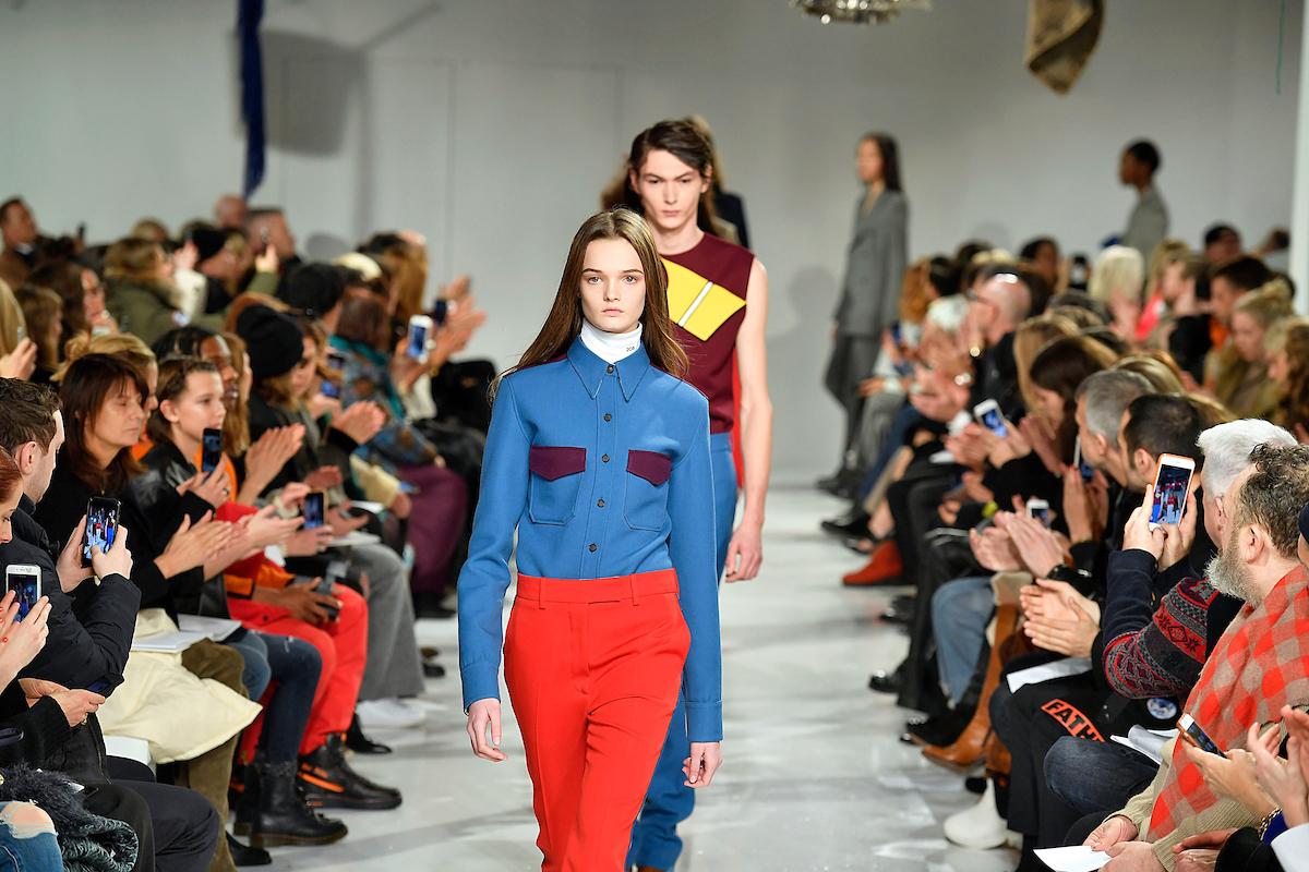 O aplaudido desfile de Inverno 2017, primeiro de Raf Simons na Calvin Klein. Além das roupas, o belga agora é responsável por toda a gama de produtos da marca ©Agência Fotosite