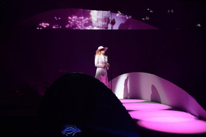 Parte do primeiro look do show, o chapéu rosa é símbolo do novo disco da cantora ©Reprodução