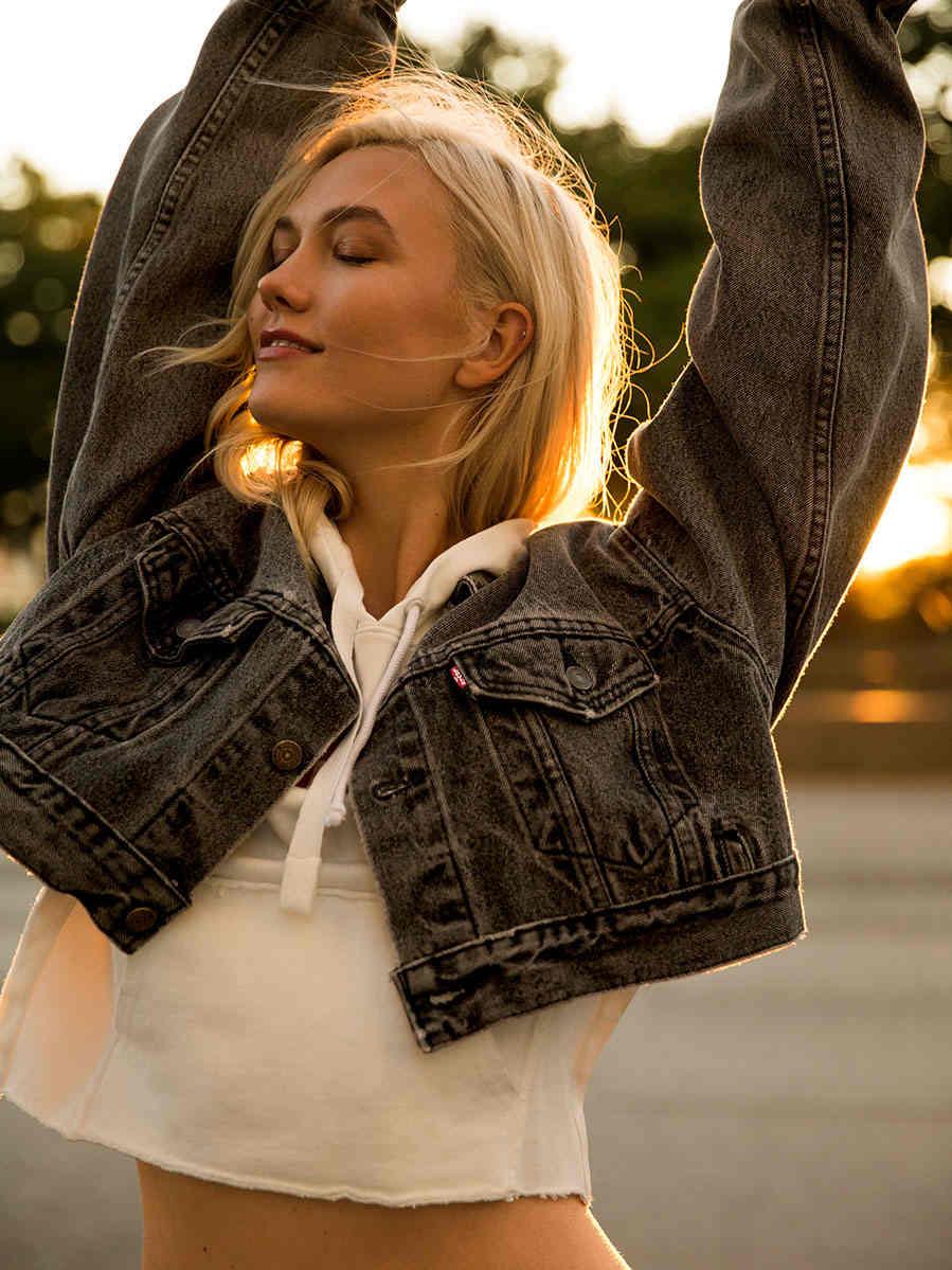 Karlie Kloss com sua Trucker Jacket / Reprodução