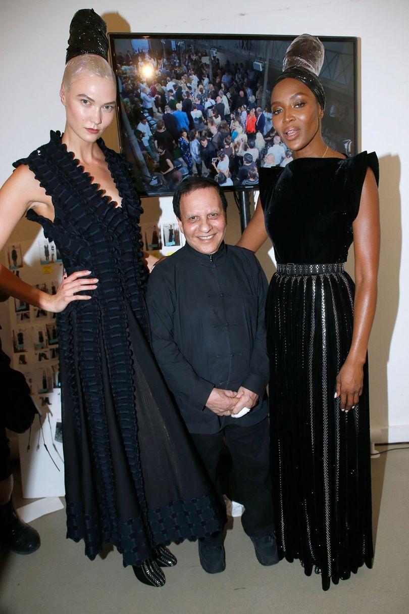 Azzedine Alaïa entre Karlie Kloss e Naomi Campbell no seu último desfile de alta-costura, em Julho ©Reprodução