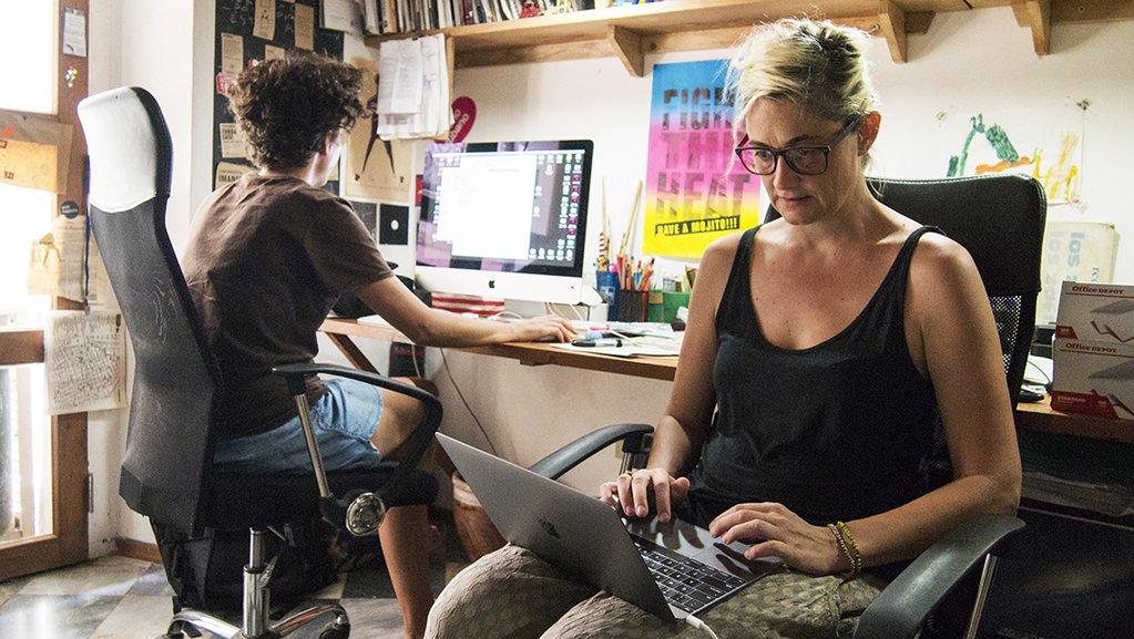 Idania Del Río e Leire Fernandez trabalhando em seu estúdio, em Havana, Cuba.