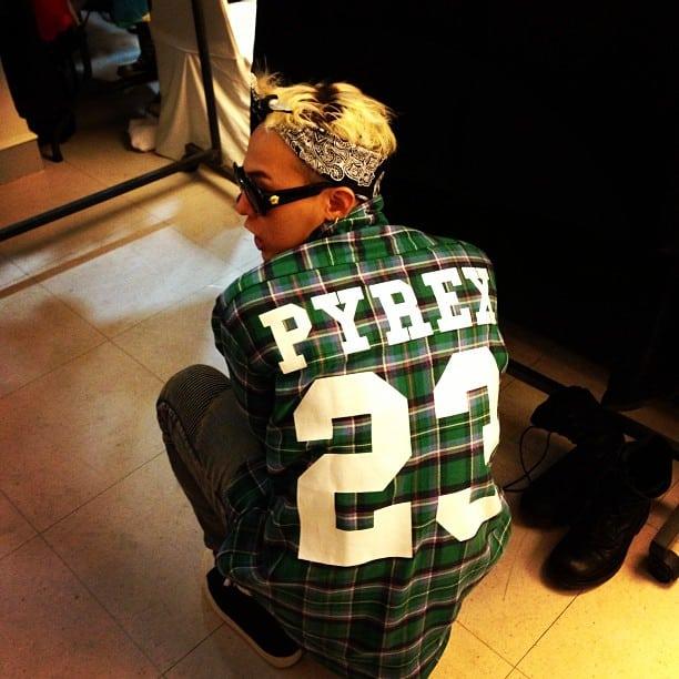 Com a camisa da Pyrex, primeira marca de Virgil Abloh / Reprodução