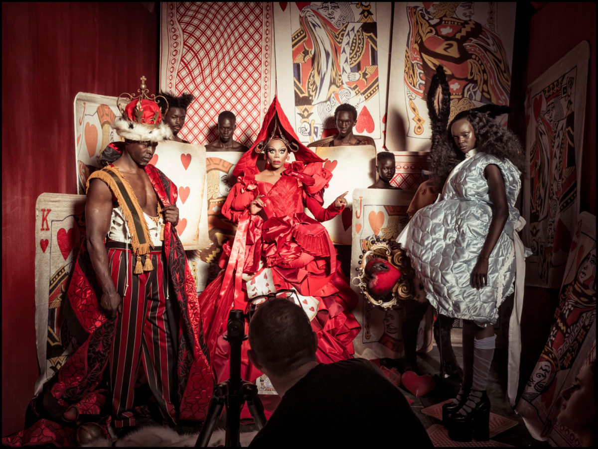 TIM WALKER FOTOGRAFANDO DJIMON HOUNSON, KING OWUSU, ALPHA DIA, RU PAUL, WILSON ORYEMA, ADUT AKECH E DUCKIE THOT ©ALESSANDRO SCOTTI/REPRODUÇÃO
