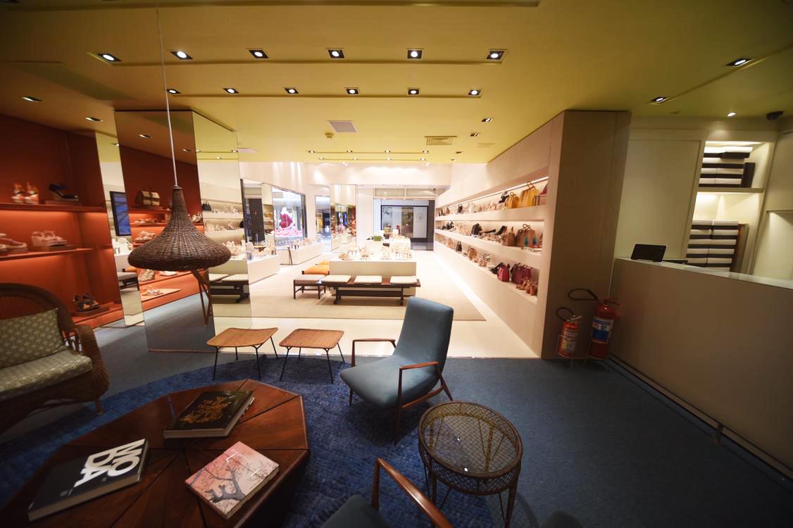 Nova loja da Schutz oferece experiência de consumo com apoio da ... 376f4cde71