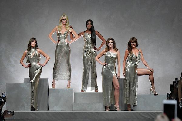 As super modelos originais se reencontram na passarela da Versace / Agência Fotosite