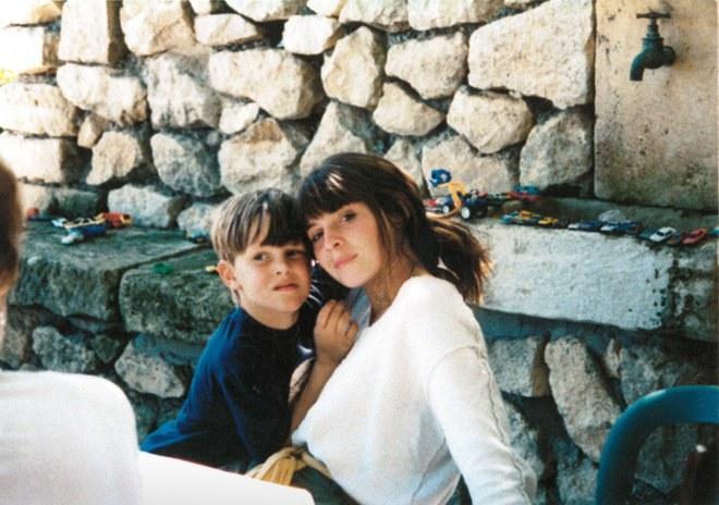 Simon com sua mãe Valérie / Reprodução