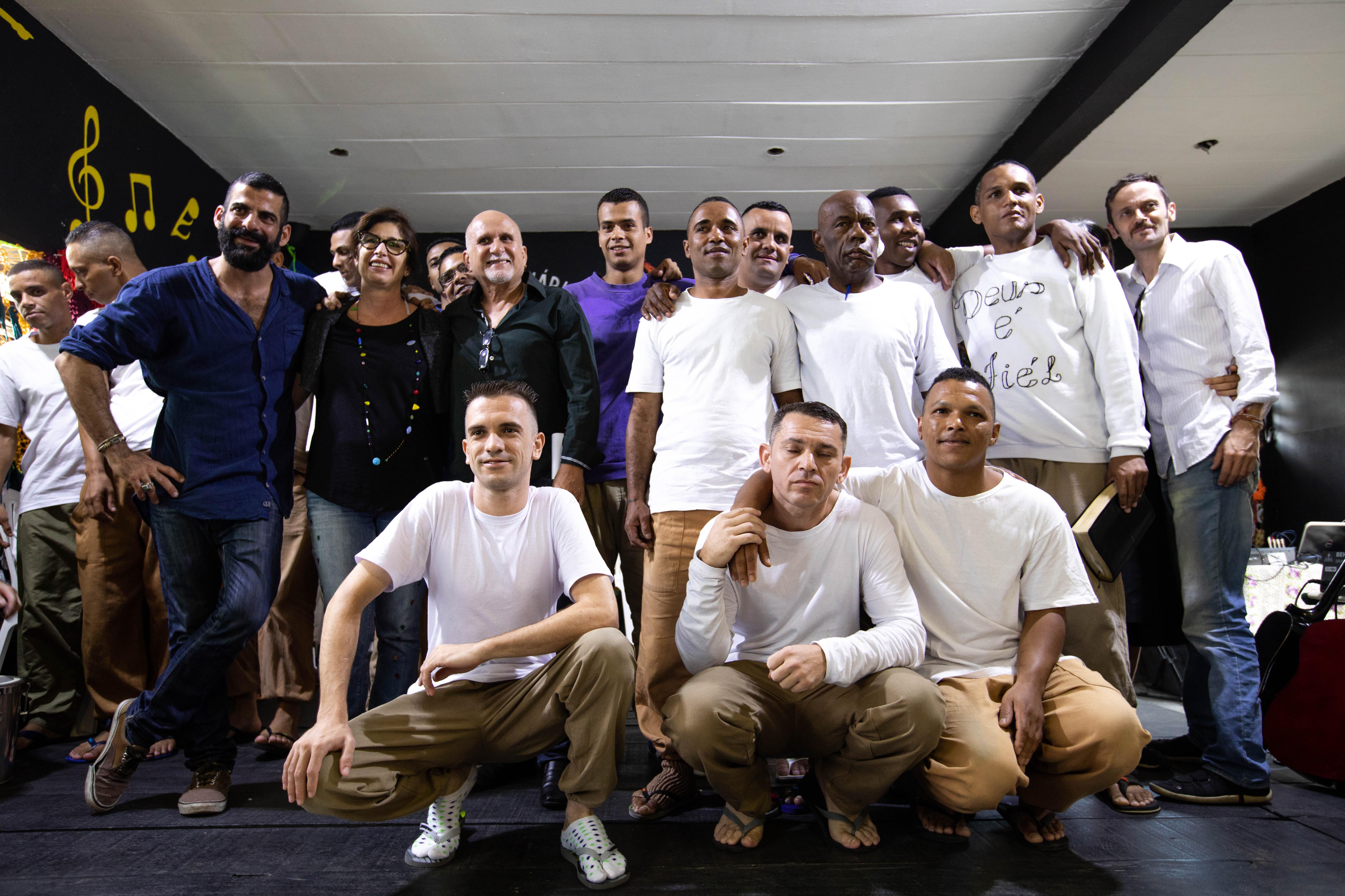 Gustavo Silvestre (de camisa azul) com os os novos artesãos / Danilo Sorrino