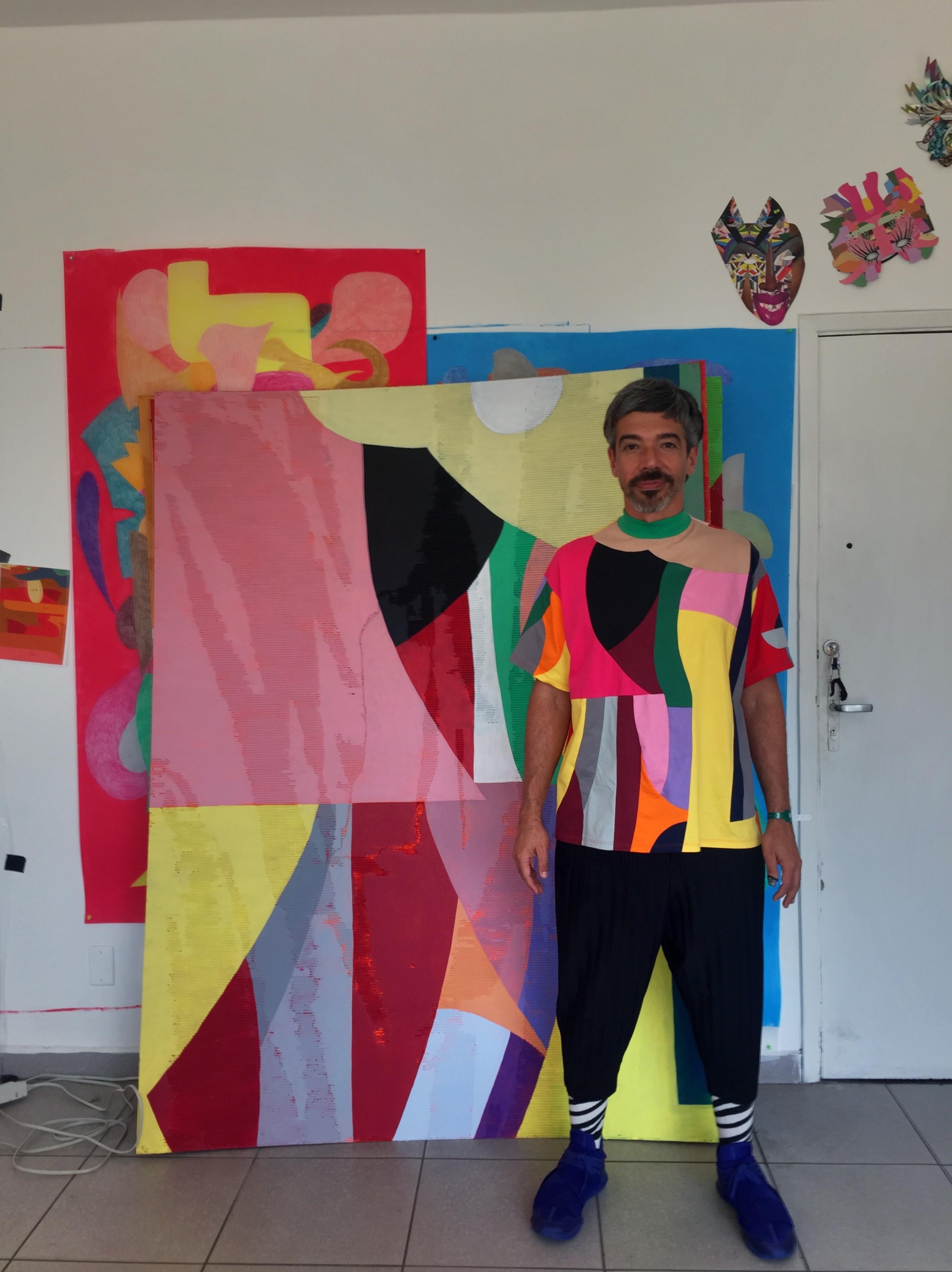 Eli Sudbrack ao lado da sua obra (Cortesia Eli Sudbrack)