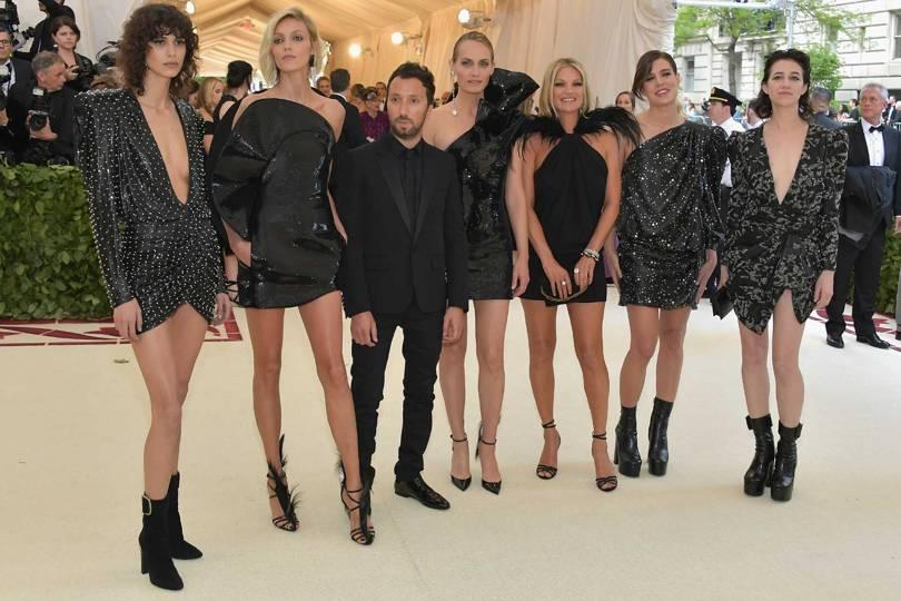 Anthony Vaccarello chega acompanhado de Mica Arganaraz, Anja Rubik, Ambe Valletta, Kate Moss, Charlotte Casiraghi e Charlotte Gainsbourg / Reprodução