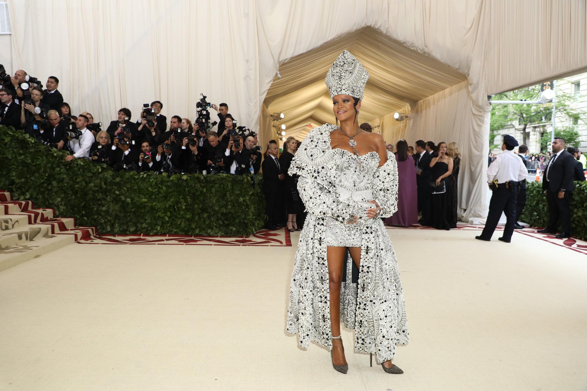 Rihanna de Maison Margiela por John Galliano em um vestido que levou mais de 500 horas de bordado / Reprodução