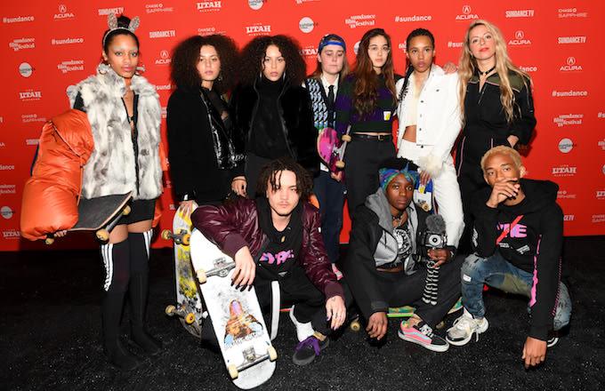 A diretora Crystal Moselle (loira, à direita), com o casting de Skate Kitchen em Sundance / Reprodução