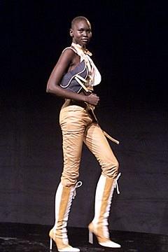 Alek Wek no desfile de Verão 2000 da Dior, lançamento da Saddle Bag / Reprodução