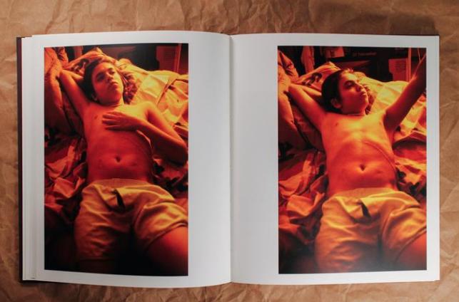 O livro The Machine, de Mario Sorrenti, é forte, comovente e silencioso e mostra a doença delicada de Davide, que o obrigava a dormir conectado a uma bomba de transfusão, aparelho que a família chamava apenas por The Machine. O livro documenta suas medicações noturnas quando ele tinha 16 anos / Reprodução