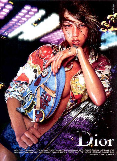 Angela Lindvall na campanha da Dior Verão 2001 fotografada por Nick Knight / Reprodução
