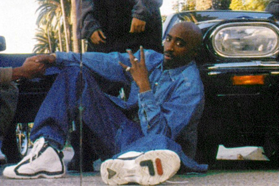 O rapper Tupac com seu tênis Fila nos anos 1990 / Reprodução