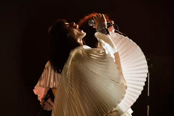 Rami male como Freddie Mercury usando o top de Zandra Rhodes / Reprodução