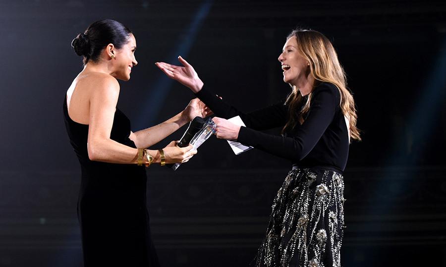 Meghan Markle e Clare Waight Keller no Fashion Awards / Reprodução
