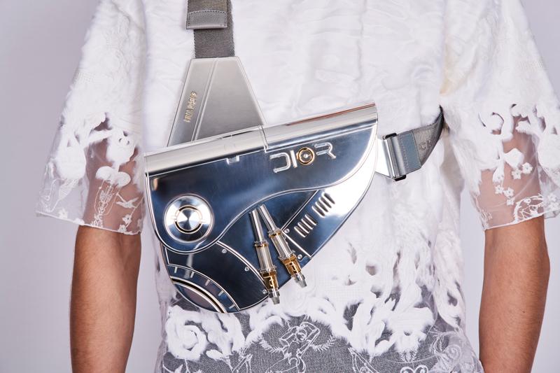 Saddle bag em metal no desfile masculino de Pre Fall da Dior © Reprodução