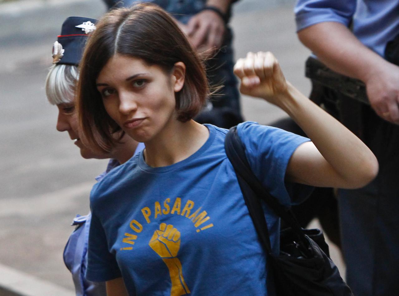 Nadya Tolokonnikova, escoltada pela polícia em 2012 / Reprodução