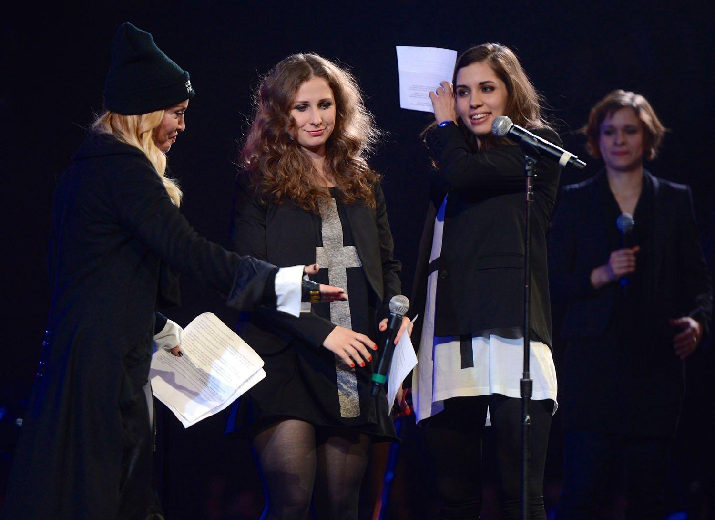 Madonna com Nadezhda Tolokonnikova (R) e Maria Alyokhina, membros do Pussy Riot em 2014 / Reprodução Getty Images