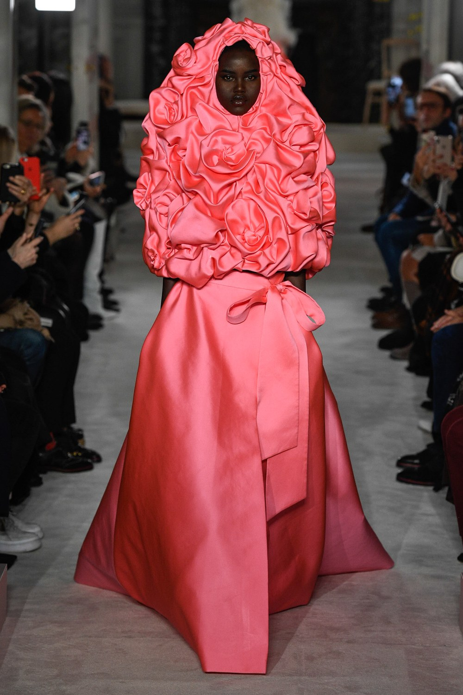 Adut Akech abre o desfile da Valentino / Reprodução