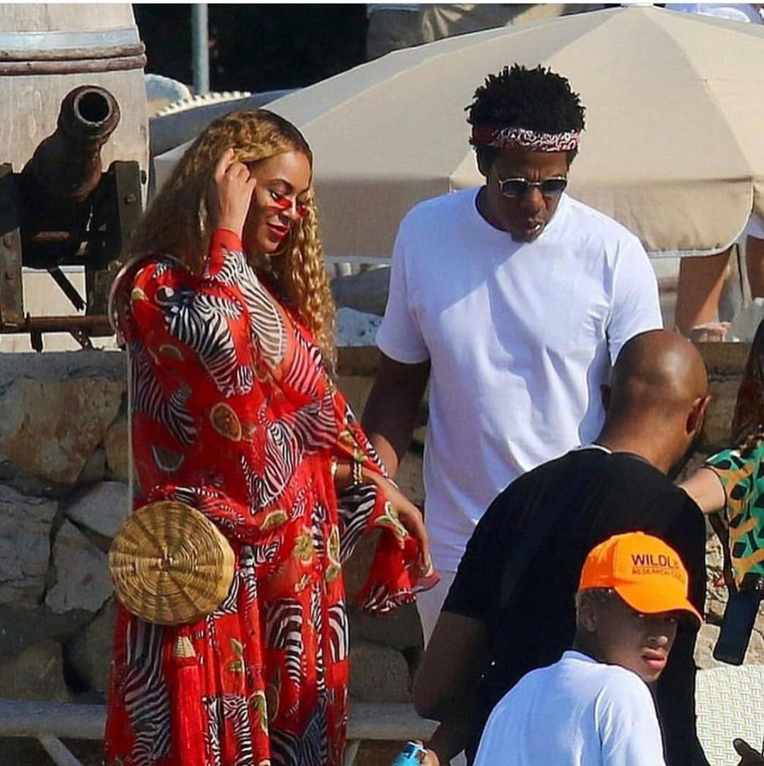 Beyoncé com o modelo Balaio da Waiwai em julho do ano passado / Reprodução