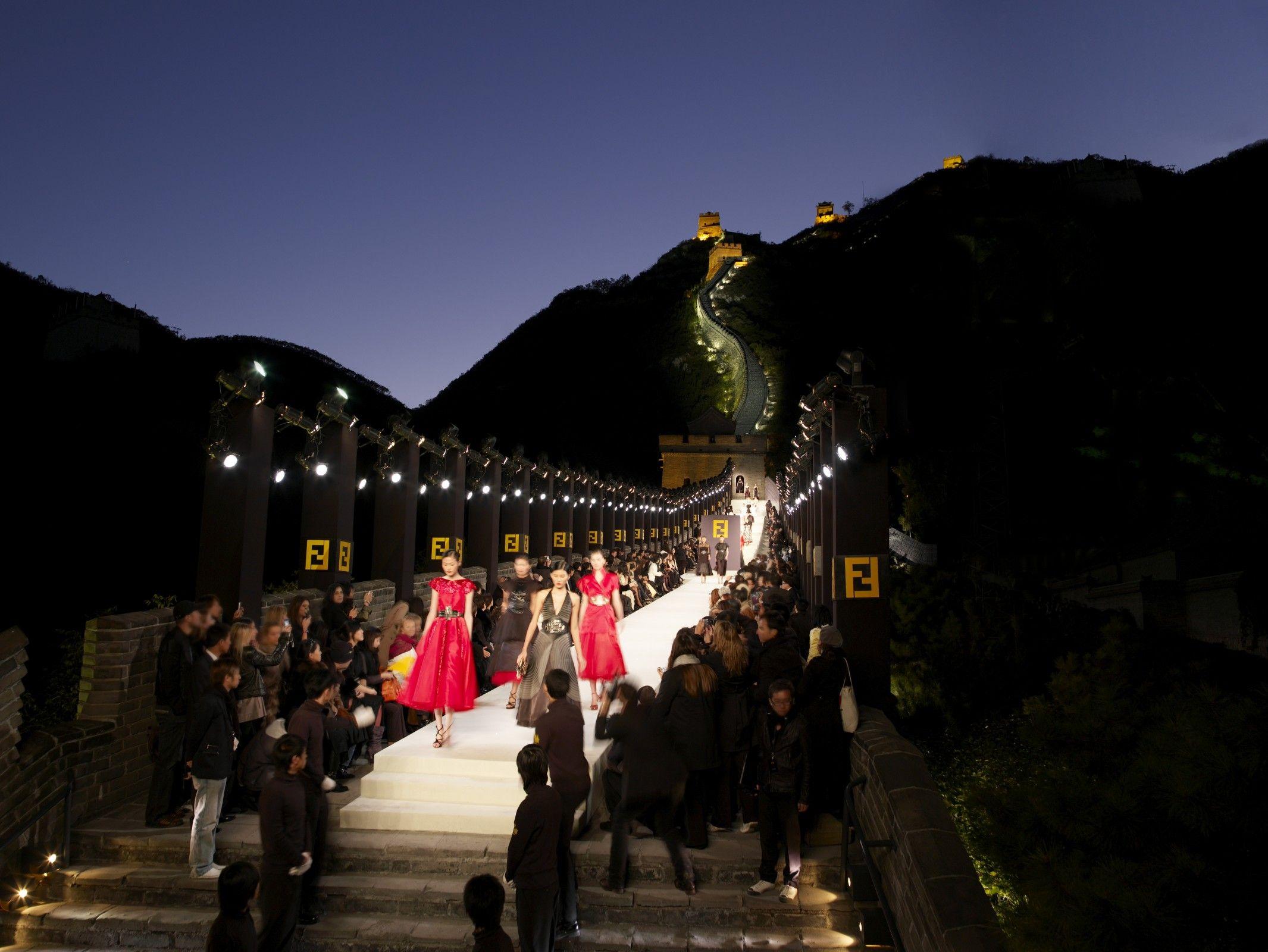 Desfile da Fendi na Grande Muralha da China / Reprodução