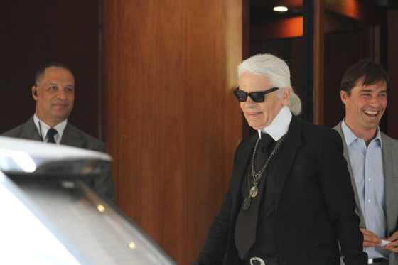 Karl deixa o hotel Fasano / Reprodução