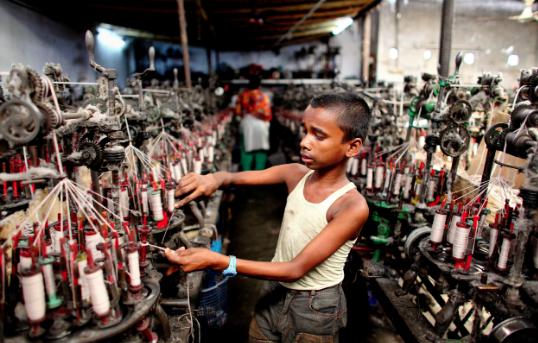 Foto publicada pelo The Guardian que mostra criança trabalhando em fábrica na Índia / Reprodução