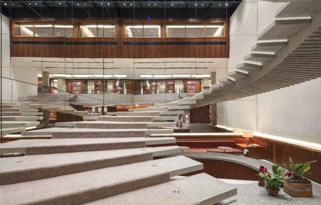 A escada modernista em espiral da loja de São Paulo / Cortesia
