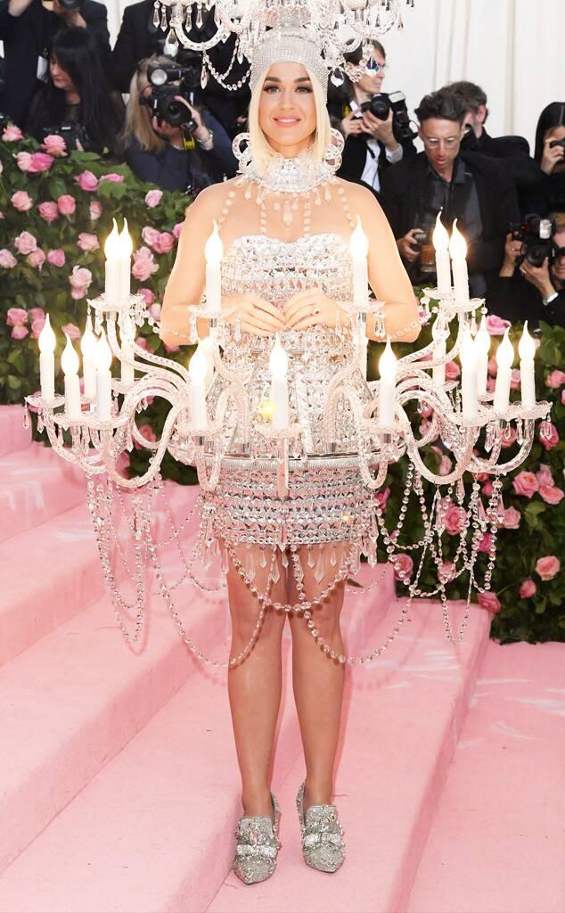 Katy Perry, de Moschino, em look inspirado na Bela e a Fera / Reprodução
