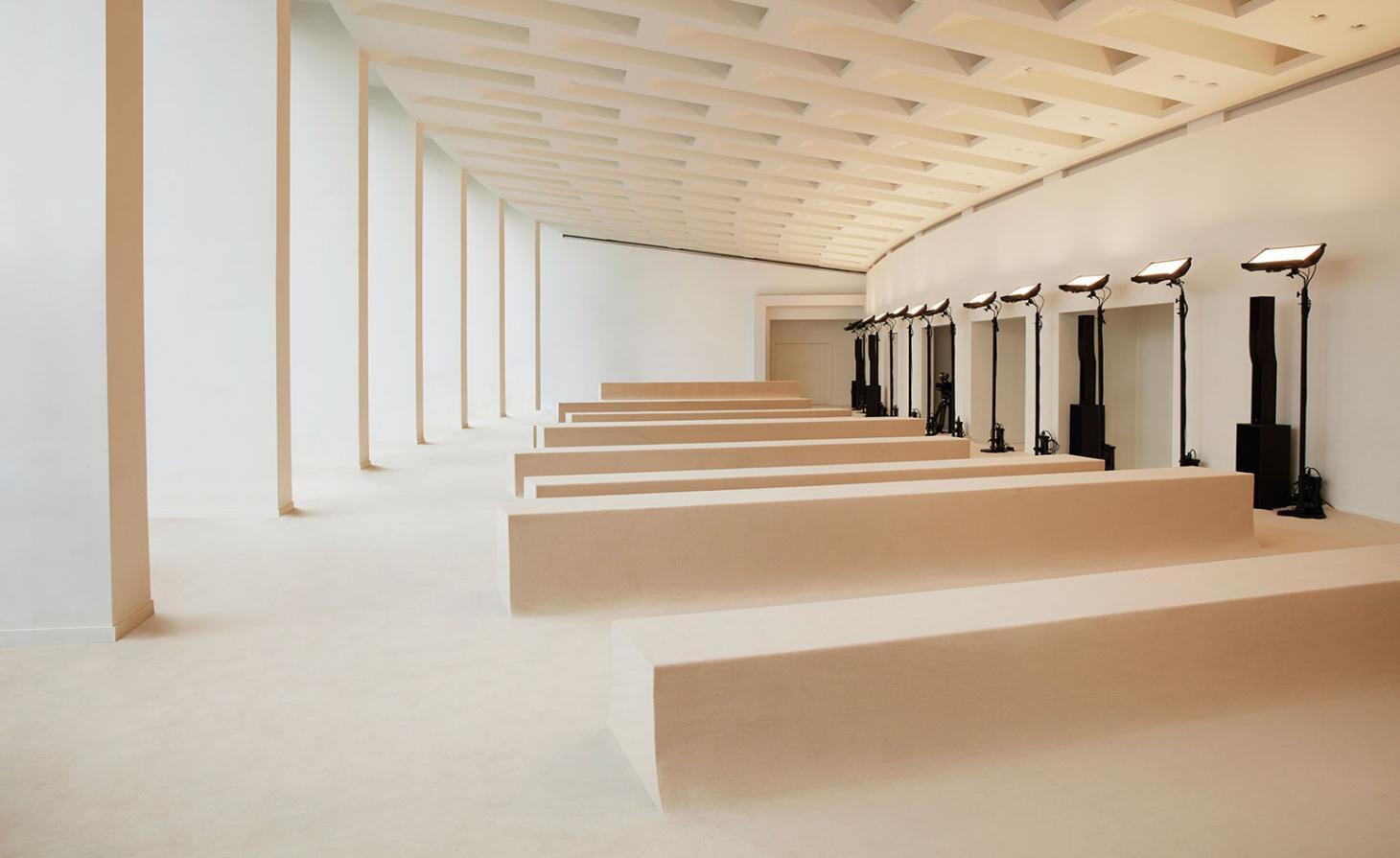 O espaço do desfile da Acne dentro da Maison de la Radio, em Paris, foi inspirado por uma paisagem ao ar livre de colinas. Aqui - em colaboração com a agência de produção Eyesight - bancos ondulantes povoaram o espaço minimalista, envolto não em musgo, mas em carpetes texturizados, uma alusão aos materiais usados nas prateleiras das lojas globais da marca / Reprodução