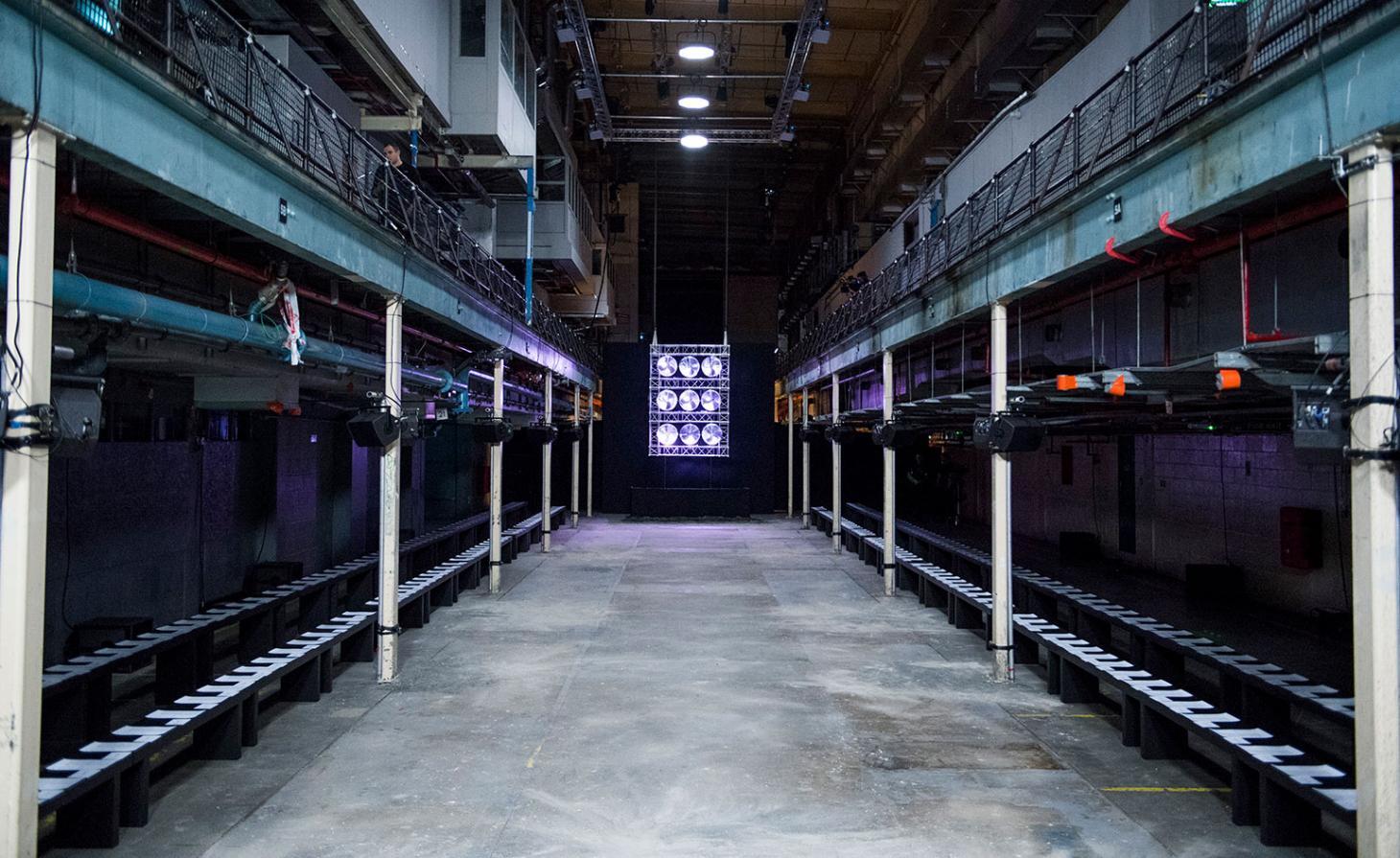 A indústria de impressão inspirou o desfile da marca de Samuel Ross. O designer escolheu a Printworks, no sudeste de Londres, como locação. A antiga fábrica de impressão dos jornais Metro e Evening Standard, já foi o maior parque de impressão da Europa Ocidental. Aqui, foi construída uma passarela de 30 metros / Reprodução