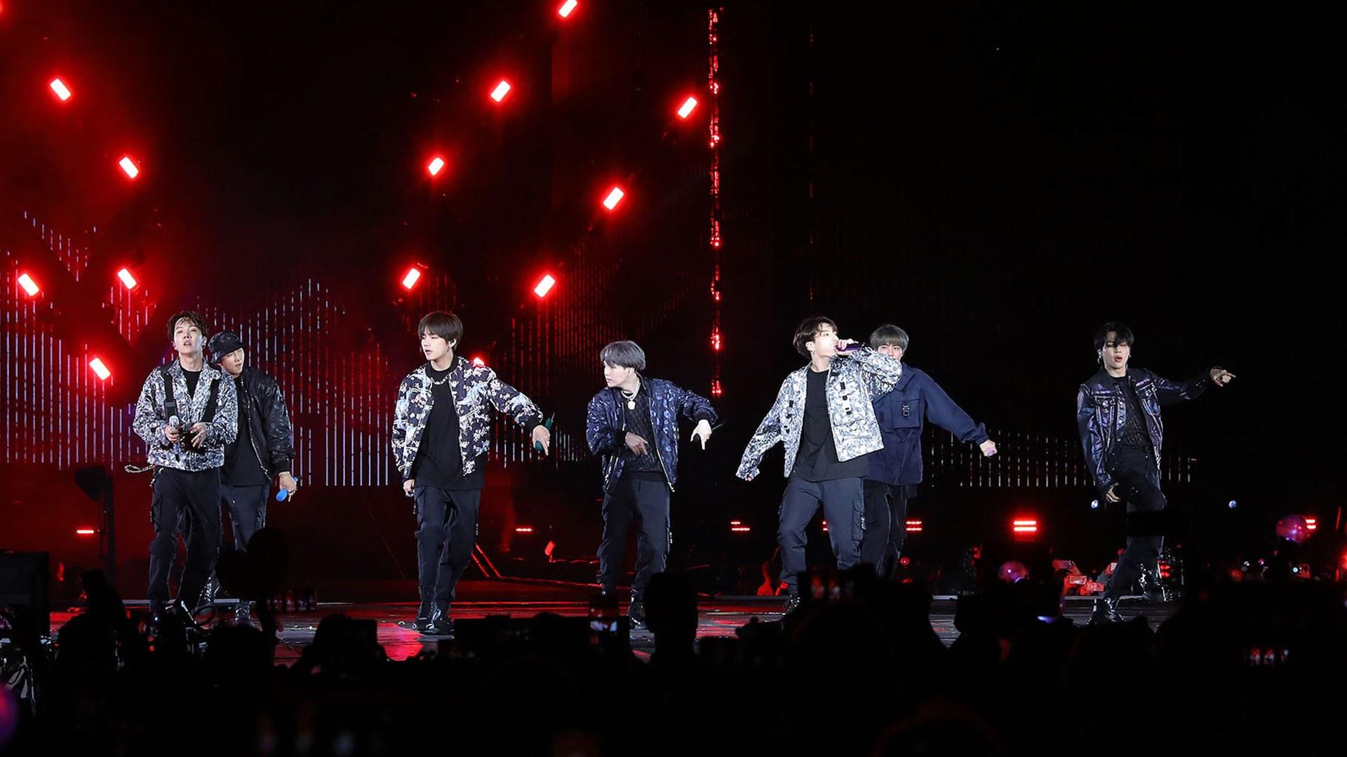 Show do BTS com looks criado por Kim Jones, da Dior Men / Reprodução