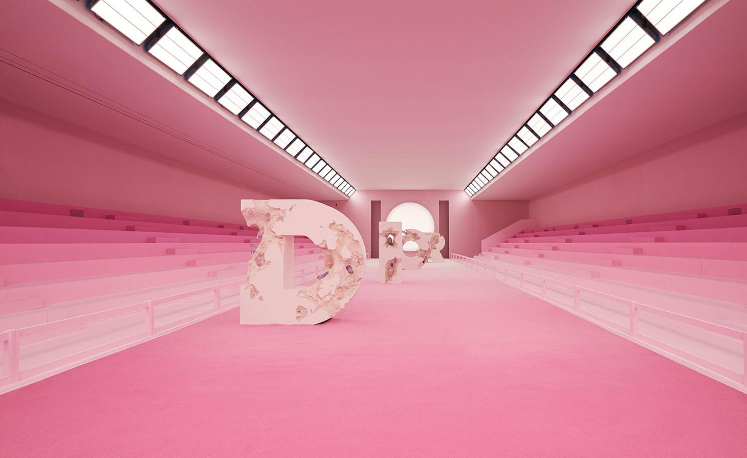 Kim Jones convidou o artista americano Daniel Arsham para criar as esculturas de letras de cimento calcificado para o desfile masculino da Dior, que aconteceu no Institut du Monde Arabe / Reprodução Adrien Dirand