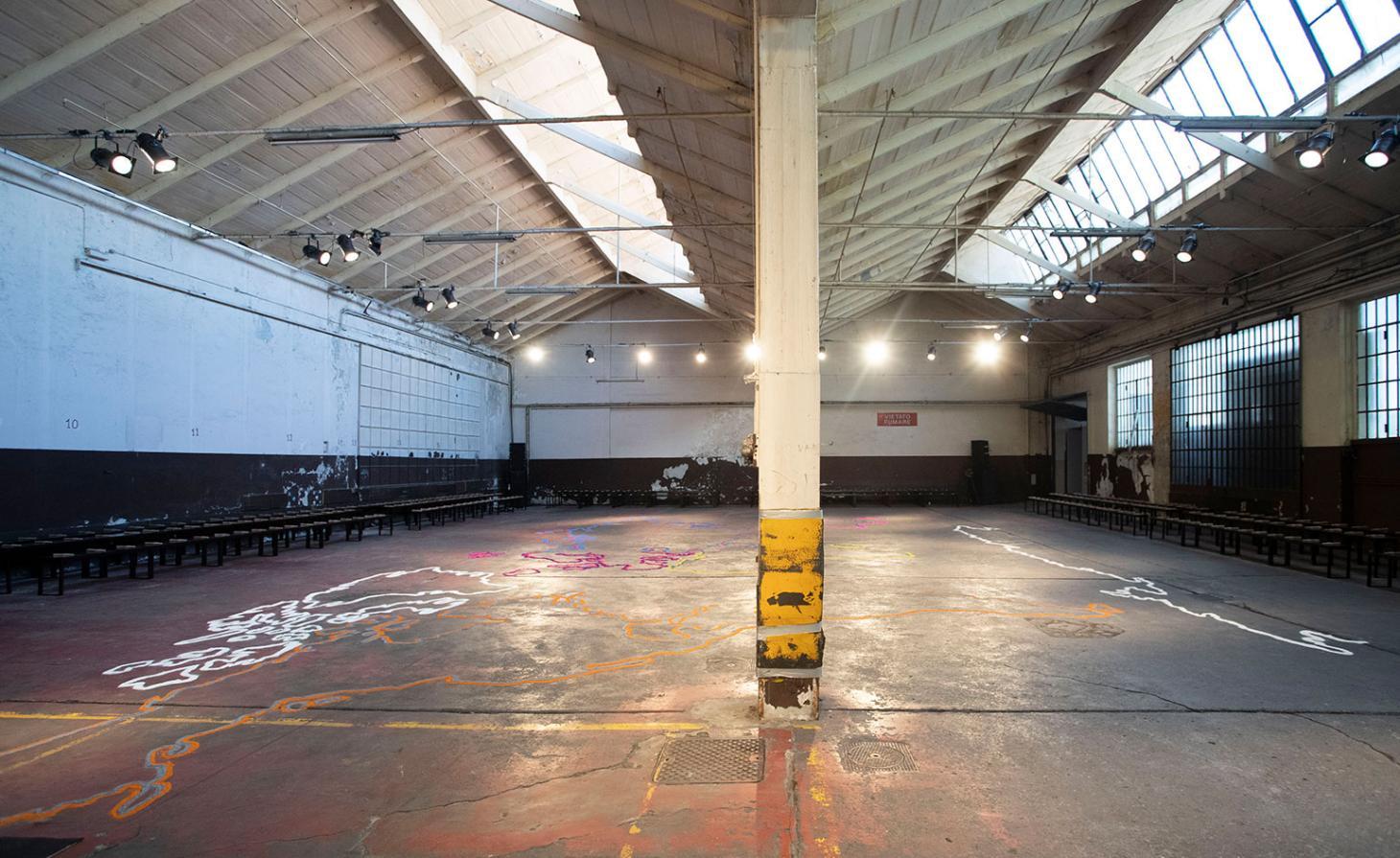 A marca italiana apresentou seu show dentro de uma garagem industrial em Milão. O espaço foi criado em colaboração com a agência de produção Eyesight, e incorporou o DNA da marca que tem a ver com viagens. Eles criaram um mapa do mundo colorido, feito a partir de grãos coloridos de areia / Reprodução
