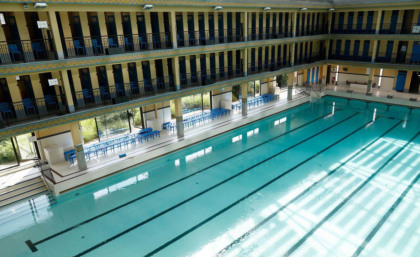 Na Lanvin, o diretor criativo Bruno Sialelli escolheu a Piscine Pailleron para seu desfile de estreia. A piscina foi construída em 1933 pelo arquiteto Lucien Pollet, que era fascinado por design de piscinas - ela foi restaurada nos anos 2000 por Marc Mimram. A cor azul é importante para a marca e estava presente em diversos tons da locação além da piscina / Reprodução