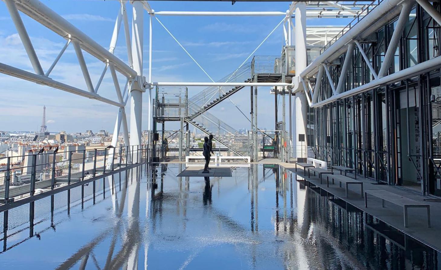 """Para seu terceiro desfile, Ludovic de Saint Sernin escolheu o Centro George Pompidou, que ja recebeu shows de Louis Vuitton e Vetements. Um dos nomes mais promissores de sua geração, Ludovic montou o show em um dos terraços ao ar livre, no quinto andar, um espaço nunca antes usado como locação para desfiles. A piscina rasa do espaço evocou a inspiração """"wet-n-wild"""" por trás da coleção / Reprodução"""