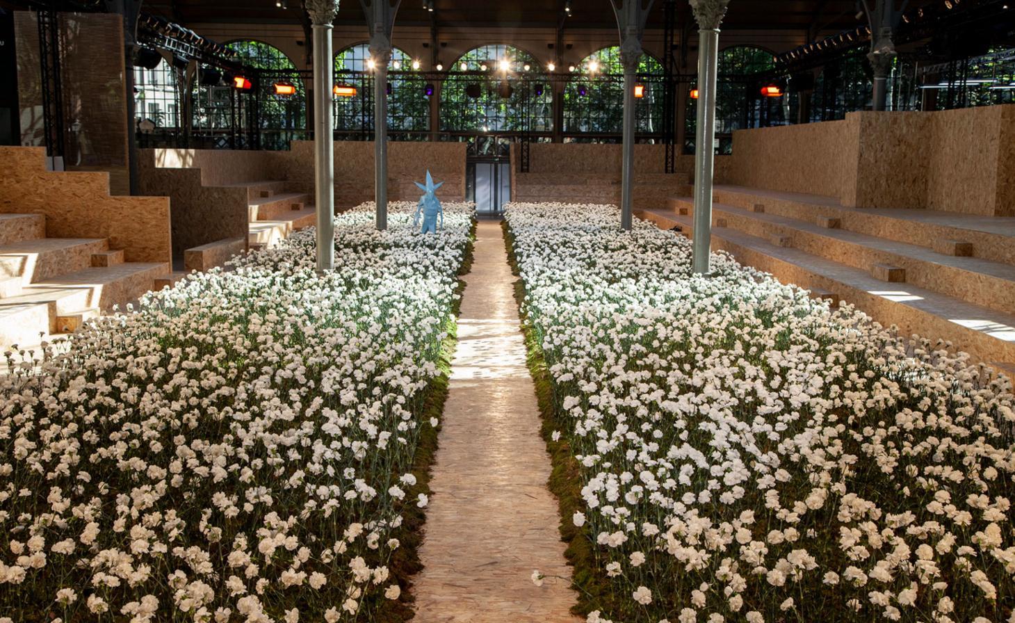 No Carreau du Temple Virgil Abloh fez uma passarela cercada por dois canteiros de flores de cravos brancos, com direito até a um gnomo de jardim / Reprodução
